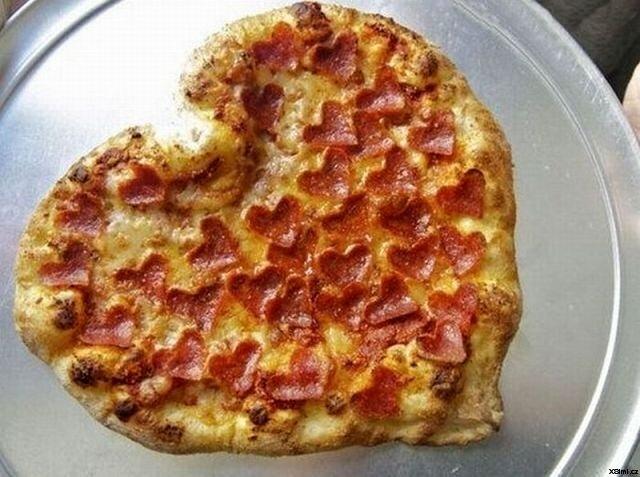 Heart_shaped_pizza